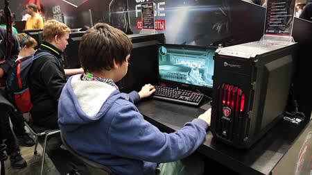 eğlence oyunları : Video game tournament. teenagers playing video computer games