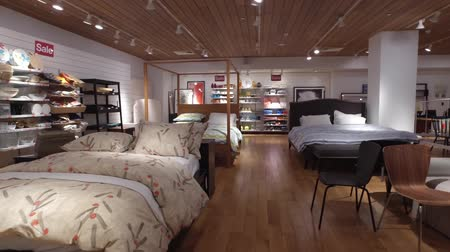 dekoracje : Buyers in furniture and home decor store Wideo