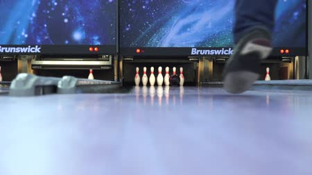 штифт : Brunswick bowling club, close up pins view. Throw strike by professional bowling player