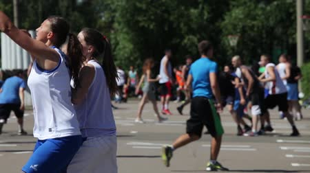 баскетбол : Girls playing outdoor street basketball tournament 3x3