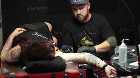 tetoválás : Tattooing on the body. Tattoo artist make tattoo in studio Stock mozgókép