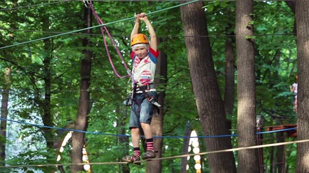 wspinaczka : Climbing on trees, outdoor kids game. Kids rope park. Adventure activity in forest.
