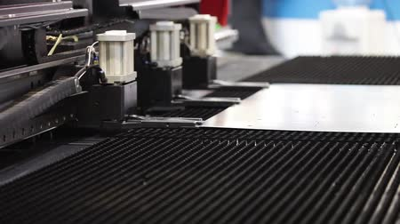 fábrica : High-end machine for automatic punching metal sheet