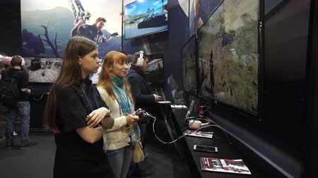 realidade : Girls playing video games using joystick