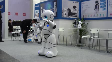 participante : Smart robot UU dancing. Shenzhen Tanscorp technology company on exhibition Cebit 2017 in Hannover Messe, Germany