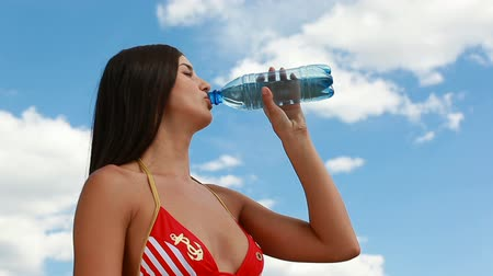 şişeler : Young beautiful girl drinking cool refreshing water