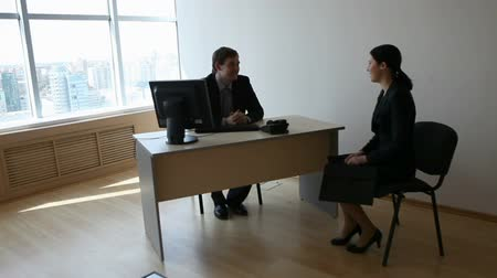 sala de reuniões : Young businessman welcoming new employee