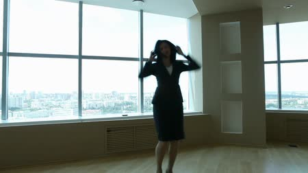 dança : Businesswoman is so happy that she starts to dance right in the office Vídeos