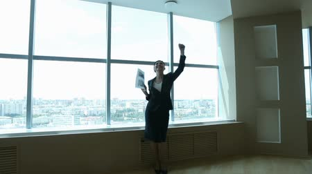 confiança : Businesspeople dancing in the office happy with the results of their work Vídeos