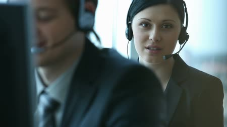 telefones : Company representative using headset to talk on the hot line