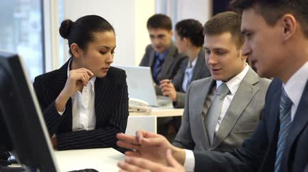 рабочих мест : Business group communicating and then looking at camera