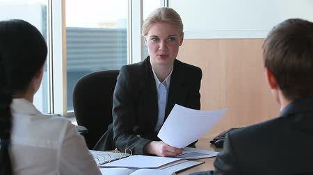 paylaşımı : Businesswoman sharing information with her colleagues at meeting in office