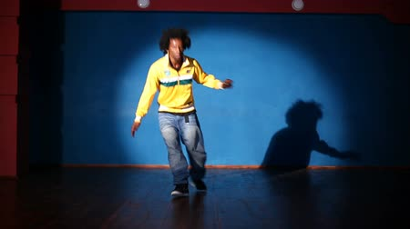 tancerka : African American man dancing hip-hop Wideo