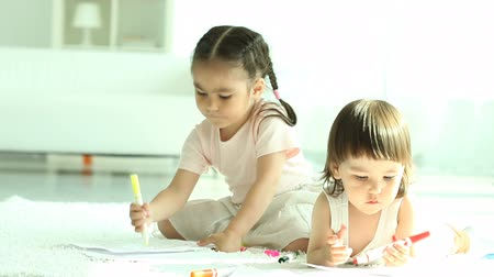 rodzeństwo : Two little girls sitting on floor and drawing