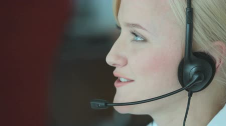 fejhallgató : Customer support representative consulting clients online and typing