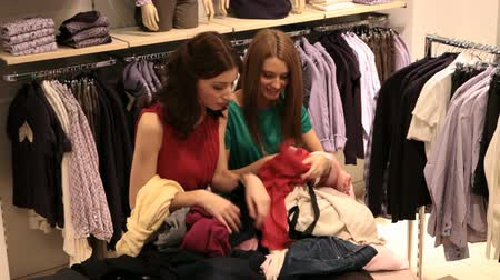 дружба : Two girls choosing clothes in the store Стоковые видеозаписи