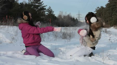 mrazivý : Two friends playfully throwing snow at each other Dostupné videozáznamy