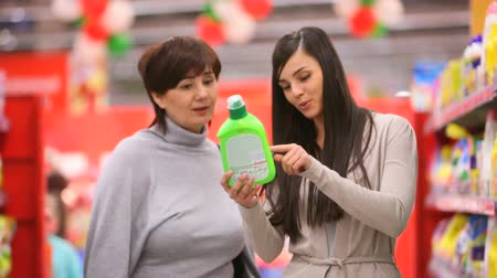 продукты : Mother and daughter buying household chemistry Стоковые видеозаписи