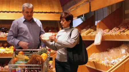 супермаркет : Husband and wife buying bakery products Стоковые видеозаписи