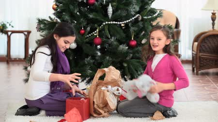 alkalom : Girls unwrapping Christmas gifts