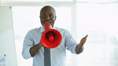 мегафон : African-American businessman talking expressively in megaphone Стоковые видеозаписи