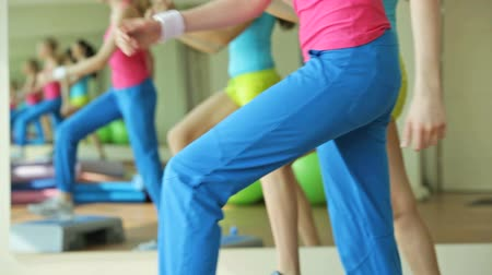 ginástica : Girls moving energetically doing step aerobics exercise