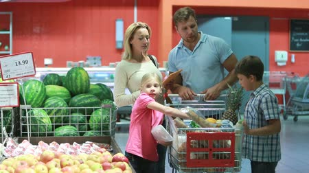 grocery : Parents and kids choosing products from the list uploaded to the digital pad Stock Footage