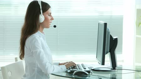 pomocník : Young support service operator answering the call