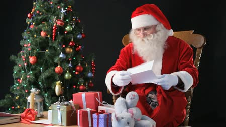 livro : Santa reading letters from children and deciding which present to give