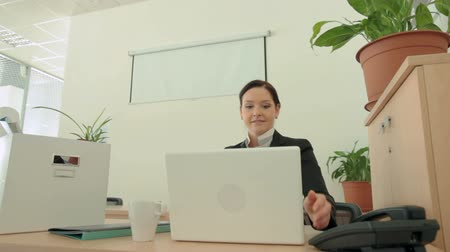 nowoczesne technologie : Female employee getting settled at her new workplace