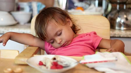 uykulu : Little sleeping beauty sitting at the table at breakfast Stok Video