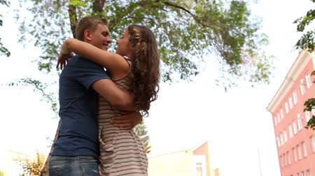 amantes : Girl and guy hugging expressing their joy of meeting after a while