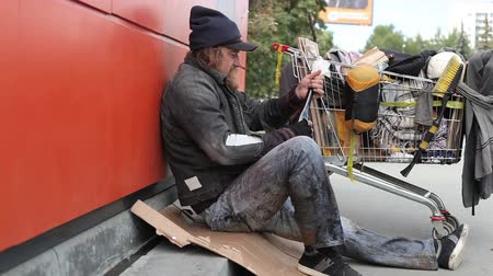 hajléktalan : Homeless man checking bottles trying to find some booze