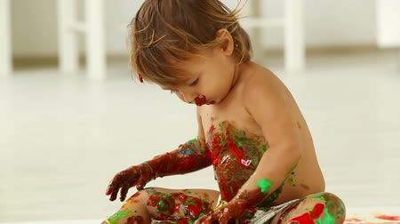 estilo de vida : Cute little girl mixing paints so that the color is unidentifiable Vídeos