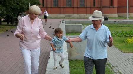 внучка : Grandparents enjoying spending time with their cute granddaughter Стоковые видеозаписи