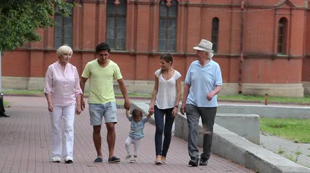 gerações : Two generations of a family spending time together in the park