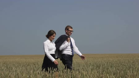 caminhada : Business people walking across the field in the countryside