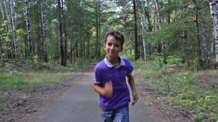 corrida : Cheerful boy having fun jogging on a summer day Vídeos