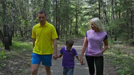 caminhada : Carefree family of four walking in the summer forest