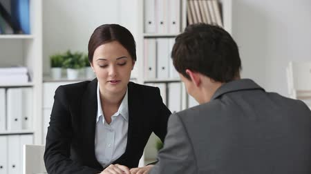 финансы : Consultant meeting her client to clarify some business matters