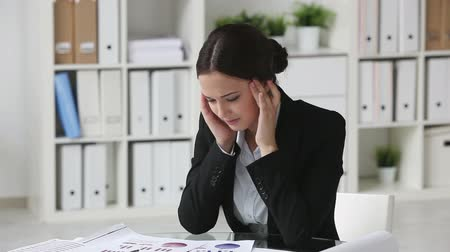 усталый : Lovely businesswoman suffering from headache
