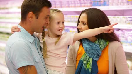 супермаркет : Family choosing products in the mall opting for fresh milk