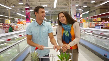 супермаркет : Cheerful couple spending their weekend doing shopping together Стоковые видеозаписи