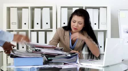estilo de vida : Unhappy office girl being overloaded with paperwork