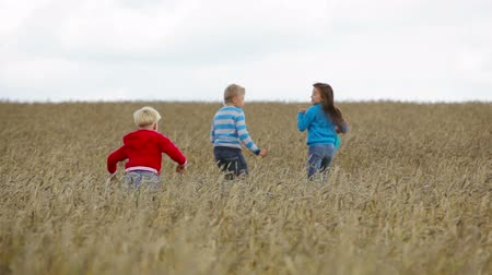 дружба : Kids running far away out in the fields