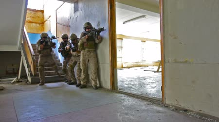 uniforme : Military squad being on a mission getting each other's back in an abandoned building Vídeos