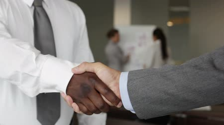 рукопожатие : Close-up of business partners greeting each other with a firm handshake Стоковые видеозаписи