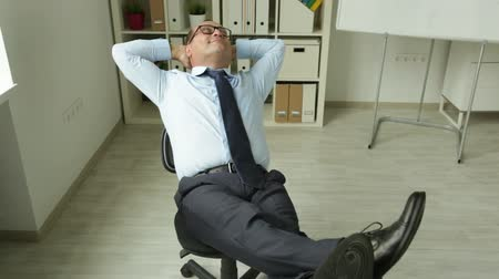 amadurecer : Mature office worker taking a moment to relax at his workplace