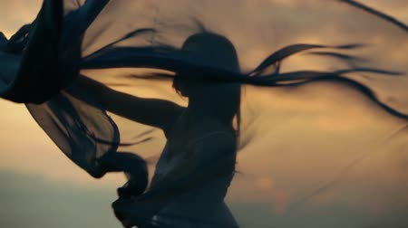 kadınlık : Girl dancing at sunset with a piece of light cloth Stok Video