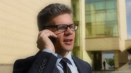espetáculos : Tilt down of a mature businessman calling his client